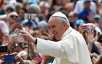 Papa Francesco saluta i fedeli al suo arrivo all'udienza generale del mercoledi' in Piazza San Pietro, Citta' del Vaticano, 7 giugno, 2017.<br /> Pope Francis waves to faithful as he arrives to lead his weekly general audience in St. Peter's Square at the Vatican, on June 7, 2017.<br /> UPDATE IMAGES PRESS/Isabella Bonotto<br /> STRICTLY ONLY FOR EDITORIAL USE