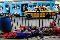 INDIA Westbengal, Kolkata, on MG Road sleeping musicans of brass band / INDIEN, Westbengalen, Kolkata, auf der Mahatma Gandhi Road schlafende Musiker in Uniform einer Blaskapelle