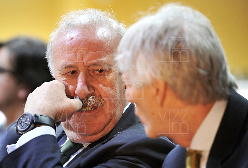 BOGOTA - COLOMBIA - 07 - 05 - 2013: Vicente del Bosque (Izq.),  director técnico de la Selección Española de Futbol habla con Jose Pekerman (Der.), director técnico de la Selección Colombiana de Futbol durante Foro en Bogota, mayo 7 de 2013.  El diario Marca Colombia, en su lanzamiento realizo el I FORO COLOMBIA Y ESPAÑA, RUMBO AL MUNDIAL BRASIL2014, (Foto. VizzorImage / Luis Ramirez / Staff). Vicente del Bosque (L) head coach of the Spanish National football team, speaks with Jose Pekerman (R) head coach of the Colombian National Football Team during forum in Bogota, May 7, 2013. The newspaper Marca Colombia, at launch I performed the FORUM COLOMBIA AND SPAIN, WAY TO WORLD BRASIL 2014, (Photo. VizzorImage / Luis Ramirez / Staff).