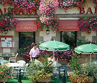 France, Brittany, Département Morbihan, Pontivy: Cafe scene | Frankreich, Bretagne, Département Morbihan, Pontivy: Cafe mit reichlich Blumenschmuck