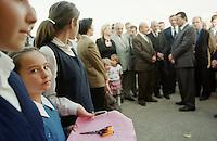 """Nach dem Erdbeben im August in der Tuerkei leben tausende Menschen in Zeltlagern und Behilfszelten.<br /> Die Hilfsorganisation """"Kinder haben Rechte"""" hat in der Ortschaft Yuvacik-Koey eine Traglufthalle aufgebaut, die fuer die Kinder als Schulhaus dienen soll, da nicht klar ist, ob und wann die Regierung ein neues Schulhaus errichtet.<br /> Hier: Maedchen in Schuluniformen halten die Schere, mit der Honorationen von Militaer bis Buergermeister das Band zur Schule durchschneiden werden.<br /> 15.10.1999, Yuvacik-Koey/Tuerkei<br /> Copyright: Christian-Ditsch.de<br /> [Inhaltsveraendernde Manipulation des Fotos nur nach ausdruecklicher Genehmigung des Fotografen. Vereinbarungen ueber Abtretung von Persoenlichkeitsrechten/Model Release der abgebildeten Person/Personen liegen nicht vor. NO MODEL RELEASE! Nur fuer Redaktionelle Zwecke. Don't publish without copyright Christian-Ditsch.de, Veroeffentlichung nur mit Fotografennennung, sowie gegen Honorar, MwSt. und Beleg. Konto: I N G - D i B a, IBAN DE58500105175400192269, BIC INGDDEFFXXX, Kontakt: post@christian-ditsch.de<br /> Bei der Bearbeitung der Dateiinformationen darf die Urheberkennzeichnung in den EXIF- und  IPTC-Daten nicht entfernt werden, diese sind in digitalen Medien nach §95c UrhG rechtlich geschützt. Der Urhebervermerk wird gemaess §13 UrhG verlangt.]"""