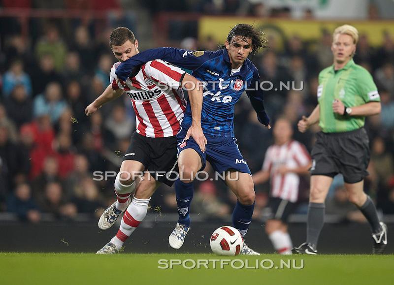 Nederland, Eindhoven, 30 oktober 2010 .Eredivisie .Seizoen 2010-2011 .PSV-FC Twente (0-1) .Bryan Ruiz (2e van l) van FC Twente en Erik Pieters van PSV strijden om de bal..