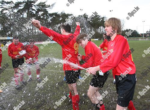 2008-04-06 / Voetbal / Ezaart viert de promotie naar 2e provinciale