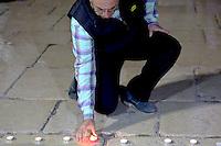BELÉM, CISJORDANIA, 14.11.2015 - TERRORISMO-FRANÇA - Palestinos durante homenagens as vitimas dos ataques ocorridos ontem em Paris, ato em frente a embaixada francesa em na cidade de Belém na Cisjorndãnia, neste sábado, 14. (Foto: Anna Ferensowicz /Brazil Photo Press)