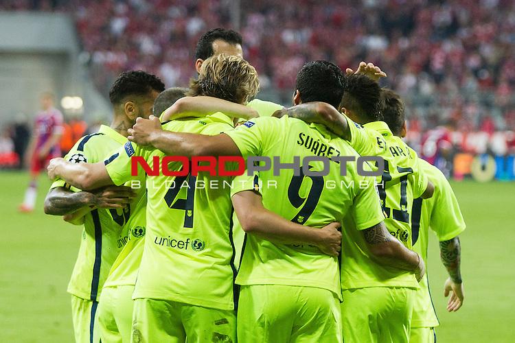 12.05.2015, Allianz Arena, Muenchen, GER, UEFA CL Halbfinale, FC Bayern Muenchen vs. FC Barcelona, im Bild Jubel nach dem Tor zum 2-1 durch Neymar (Barcelona #11) mit Luis Suarez (Barcelona #9) und Lionel Messi (Barcelona #10) Ivan Rakitic (Barcelona #4) <br /> <br />  Foto &copy; nordphoto / Straubmeier