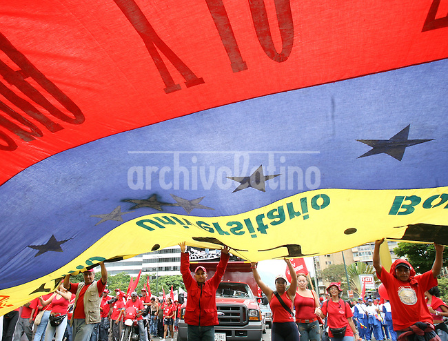 El Presidente de Venezuela Hugo Chavez encabezo el acto antimperialista contra los medios de comunicacion, en una contraofensiva luego de las protestas por ordenar el cese de las transmisiones del canal privado RCTV la semana pasada.*Venezuelan President Hugo Chavez headed the Antimperialist Rally Against the Media in a reaction against the opposition protests last week, after he decreed that private station RCTV should be off the air.