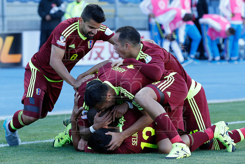 RANCAGUA- CHILE - 14-06-2015: Jugadres de Venezuela celebran su gol contra Colombia  durante partido Colombia y Venezuela, por la fase de grupos, Grupo C, de la Copa America Chile 2015, en el estadio El Teniente en la Ciudad de Rancagua. / Players of Venezuela celebrate their goal against Colombia, during a match between Colombia and Venezuela for the group phase, Group C, of the Copa America Chile 2015, in the El Teniente stadium in Rancagua city. Photos: VizzorImage /  Photosport / Marcelo Hernandez / Cont.
