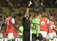 BOGOTÁ - COLOMBIA, 19-08-2017: Gustavo Gonzalez, árbitro, muestra la tarjeta amarilla a Nicolas Benedetti del Cali durante el partido entre Independiente Santa Fe y Deportivo Cali por la fecha 9 de la Liga Aguila II 2017 jugado en el estadio Nemesio Camacho El Campin de la ciudad de Bogota. / Gustavo Gonzalez, referee, shows the yellow card to Nicolas Benedetti of Cali during match between Independiente Santa Fe and Deportivo Cali for the date 9 of the Aguila League II 2017 played at the Nemesio Camacho El Campin Stadium in Bogota city. Photo: VizzorImage/ Gabriel Aponte / Staff