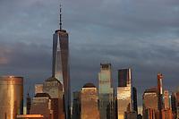 JERSEY CITY, EUA, 12.10.2019 - TURISMO-EUA - Vista da Ilha de Manhattan com o edifício One World à partir de Jersey City em New Jérsey nos Estados Unidos na noite deste sábado, 12. (Foto: William Volcov/Brazil Photo Press)
