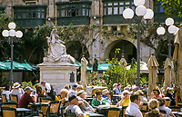 Malta, Valetta: Cafes am Queen's Square mit Statue von Queen Victoria | Malta, Valetta: Cafes at Queen's Square with Statue of Queen Victoria