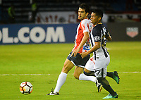 BARRANQUILLA - COLOMBIA, 26-04-2018: Sebastián Hernández (Izq.) jugador de Atlético Junior disputa el balón con Kevin Quevedo (Der.) jugador de Alianza Lima, durante partido entre Atlético Junior (Col) y Alianza Lima (PER), de la fase de grupos, grupo H, fecha 4, por la Copa Conmebol Libertadores 2018, jugado en el estadio Metropolitano Roberto Meléndez de la ciudad de Barranquilla. / Sebastian Hernandez (L) player of Atletico Junior vies for the ball with Kevin Quevedo (R) player of Alianza Lima, during a match between Atletico Junior (Col) and Alianza Lima (PER), of the group stage, group H, 4th date for the Copa Conmebol Libertadores 2018 at the Metropolitano Roberto Melendez Stadium in Barranquilla city. Photo: VizzorImage  / Alfonso Cervantes / Cont.