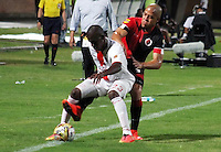 CUCUTA - COLOMBIA - 16-08-2015. Luis Bolivar  jugador  del Cucuta Deportivo  disputa el balon  contra  Cristian Borja del  Cortulua  durante partido  por la fecha 6 de la Liga Aguila II 2015 jugado en el estadio General Santander / . Luis Bolivar   player of Cucuta Deportivo   fights the ball against   Cristian Borja of Coirtulua  during a match for the six  date of the Liga Aguila II 2015 played a General Santander Atanasio Girardot stadium in Cucuta city. Photo: VizzorImage / Manuel Hernandez  / Contribuidor