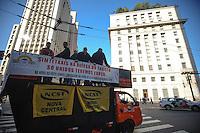 SAO PAULO, SP, 09.09.2013-Sindicatos dos taxista realiza um protesto contra o cancelamento dos alvaras em frente a Prefeitura de São Paulo - Adriano Lima / Brazil Photo Press