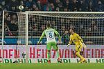 28.01.2018, HDI Arena, Hannover, GER, 1.FBL, Hannover 96 vs VfL Wolfsburg<br /> <br /> im Bild<br /> Kopfball von Niclas F&uuml;llkrug / Fuellkrug (Hannover 96 #24) (nicht im Bild) verfehlt das Tor, Renato Steffen (VfL Wolfsburg #08), Koen Casteels (VfL Wolfsburg #01), <br /> <br /> Foto &copy; nordphoto / Ewert