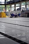 UTRECHT - Tijdens de bouw door Van den Hengel uit Soest van het vernieuwde Krommerijn-zwembad lunchen monteurs van staalbouwer Veenbrink op de rvs-bodem van het zwembad. Het door Wehrung architecten ism Jeanne Dekkers architectuur ontworpen complex heeft een Romeinse sfeer gekregen die verwijst naar Romeinse geschiedenis van het gebied waar ondermeer Romeinse grensforten gevonden zijn.  In opdracht van de gemeente is het bestaande bad vergroot tot een professioneel 50-meterbad en rondom het bad is extra ruimte opgenomen voor ondermeer naschoolse opvang. COPYRIGHT TON BORSBOOM