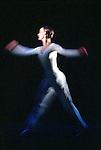 DANCE<br /> Chor&eacute;graphie, Lucinda Childs<br /> Musique, Philip Glass<br /> D&eacute;cor et film, Sol LeWitt<br /> avec les danseurs du Ballet de l&rsquo;Op&eacute;ra national du Rhin<br /> Cadre : Festival d'automne &agrave; Paris 2003<br /> Lieu : Th&eacute;&acirc;tre de la Ville<br /> Ville : Paris