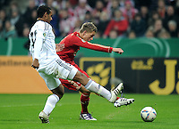 Fussball DFB Pokal:  Saison   2011/2012  2. Runde  26.10.2011 FC Bayern Muenchen - FC Ingolstadt 04 Tor zum 3:0  Nils Petersen (re, FC Bayern Muenchen) gegen Marvin Matip (li, FC Ingolstadt )