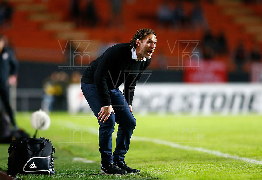 LA PLATA - ARGENTINA - 05-05-2015: Gabriel Milito, técnico de Estudiantes de la Plata de Argentina, durante partido de ida entre Estudiantes de la Plata de Argentina y el Independiente Santa Fe de Colombia, por los octavos de final, llave F, de la Copa Bridgestone Libertadores en el estadio Ciudad de la Plata, de la ciudad de La Plata. / Gabriel Milito, coach of Estudiantes de la Plata of Argentina, during a match for the first leg between Estudiantes de la Plata of Argentina and Independiente Santa Fe of Colombia for the, key F, of the Copa Bridgestone Libertadores in the Ciudad de la Plata Stadium in La Plata city. Photos: Photogamma / Javier Garcia M. / VizzorImage.