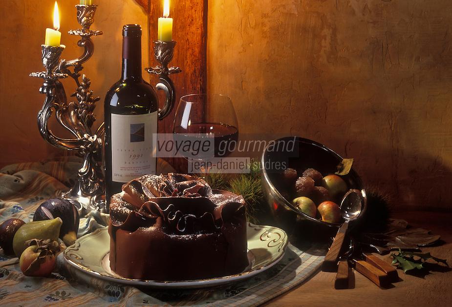 Gastronomie générale/Repas de Réveillon: Gâteau au chocolat amer et marrons glacés servi avec un vieux Banyuls