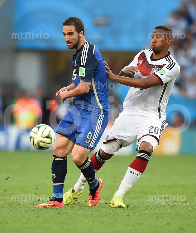FUSSBALL WM 2014                FINALE Deutschland - Argentinien     13.07.2014 Gonzalo Higuain (li, Argentinien) gegen Jerome Boateng (re, Deutschland)