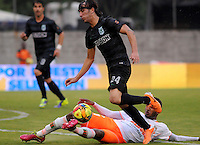 MEDELLIN -COLOMBIA-26-04-2014: Sebastian Perez (Der.) del Atletico Nacional disputa el balon contra el Envigado F.C. durante partido de los cuartos de final  de la Liga Postobon I 2014, jugado en el estadio Polideportivo Sur  de Medellin. /  Sebastian Perez  (R) of Atletico Nacional dispute the ball with the Envigado F.C.  match of the quarter-finals of the League I Postobon 2014, played at the Polideportivo Sur of Medellin.. Photo: VizzorImage  / Luis Rios  / Str.
