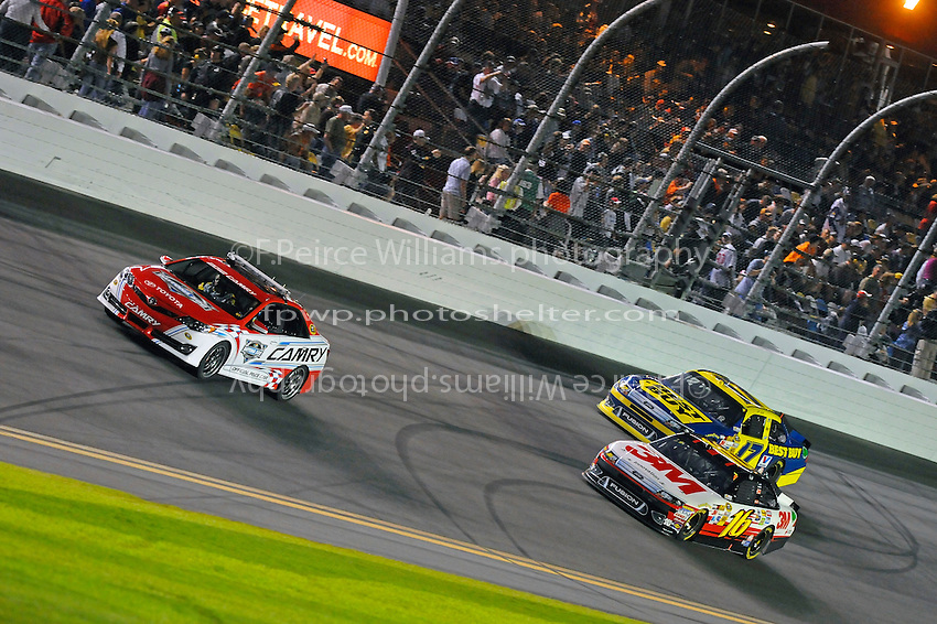 Polesitter Greg Biffle (#16) and Matt Kenseth (#17) lead the field to the green flag.