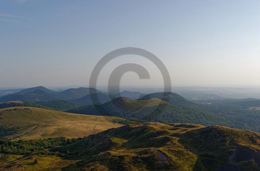 16/07/15 - SOMMET DU PUY DE DOME - PUY DE DOME - FRANCE - Vue Nord de la Chaine des Puys, Puy de Pariou - Photo Jerome CHABANNE