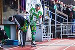 Stockholm 2014-03-01 Bandy SM-semifinal 1 Hammarby IF - V&auml;ster&aring;s SK :  <br /> Hammarbys Stefan Erixon f&aring;r skridskorna slipade av Hammarbys slipare Lasse Almstr&ouml;m<br /> (Foto: Kenta J&ouml;nsson) Nyckelord:  VSK Bajen HIF