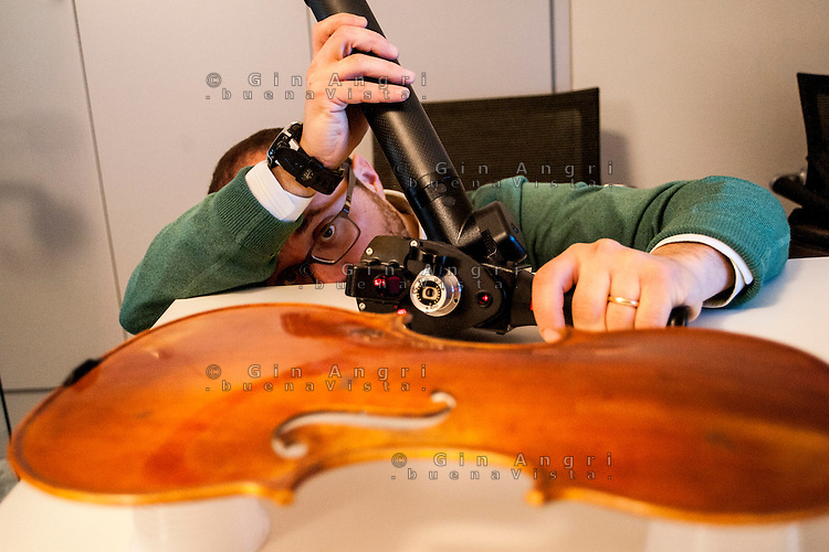 a Cremona, presso il museo del violino, opera il laboratorio di acustica musicale, collegato al politenico di Milano. Il direttore del laboratorio è il professore Augusto Sarti