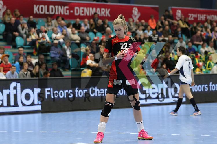 Kolding (DK), 07.12.15, Sport, Handball, 22th Women's Handball World Championship, Vorrunde, Gruppe C, Deutschland-Argentinien : Susann M&uuml;ller (Deutschland, #22) bei einem 7 Meter<br /> <br /> Foto &copy; PIX-Sportfotos *** Foto ist honorarpflichtig! *** Auf Anfrage in hoeherer Qualitaet/Aufloesung. Belegexemplar erbeten. Veroeffentlichung ausschliesslich fuer journalistisch-publizistische Zwecke. For editorial use only.