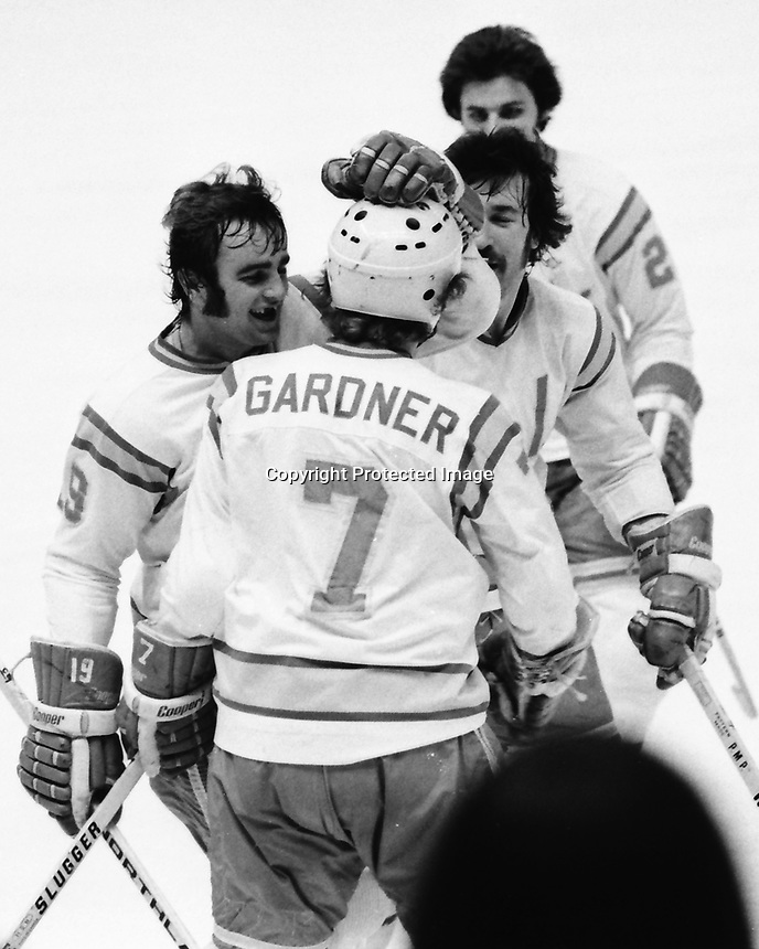 Seals score against Washington Capitols ..Seals Dave Gardner, and Jim Moxey. 1975 (photo/Ron Riesterer)