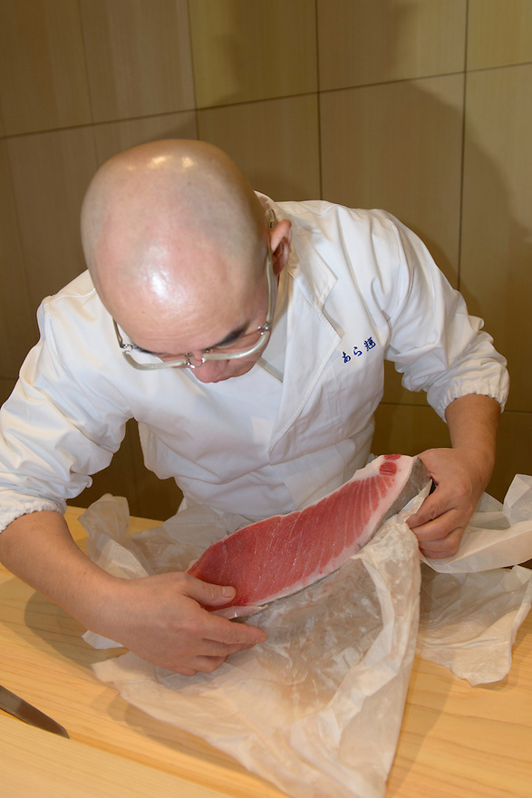 Sushi chef Mitsuhiro Araki preparing a slab of tuna. The Araki, London, UK, December 16, 2014. Following the success of his Three-Michelin-Star restaurant in Tokyo's Ginza, in 2014 Araki relocated to London.