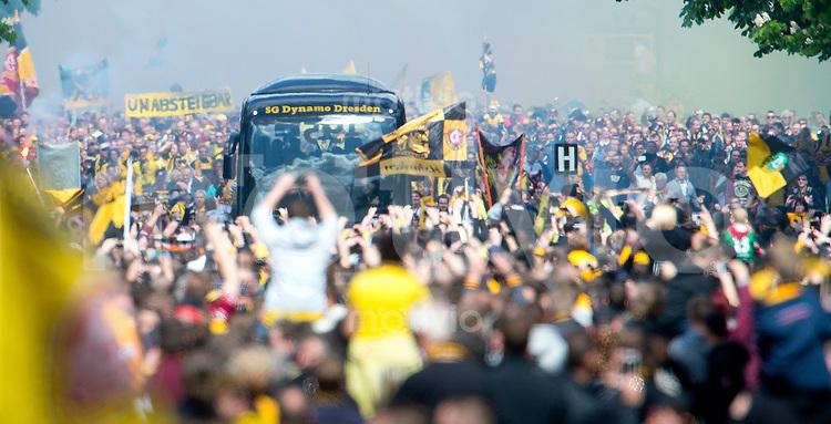 Fussball, 2. Bundesliga, Saison 2013/14, 34. Spieltag, Armina Bielefeld, Sonntag (11.05.14), Dresden, Gluecksgas Stadion. Dresdens Fans bilden ein Spalier um den Mannschaftsbus auf der Anfahrt zum Stadion vor Beginn des Spiels.