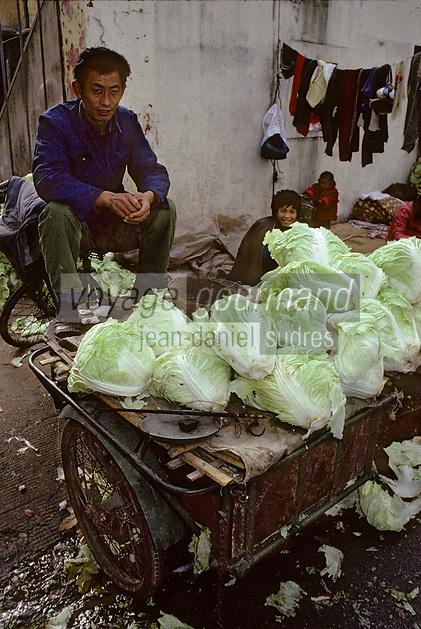 Asie/Chine/Jiangsu/Env Nankin&nbsp;: March&eacute; libre de la rue Shan-Xi - Marchand ambulant de choux chinois<br /> PHOTO D'ARCHIVES // ARCHIVAL IMAGES<br /> CHINE 1990
