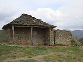 Verlassenes Haus mit den traditionellem Steindach, Mittelalbanien. / An abandoned house with the traditional stone roof, Middle Albania..