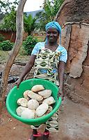ANGOLA Kwanza-Sul, rural development project of ACM-KS, village Sao Pedro, woman Delfina Bento runs a small bakery to generate income / ANGOLA Kwanza Sul, laendliches Entwicklungsprojekt ACM-KS, Dorf Sao Pedro, Frau Delfina Bento 54 betreibt eine kleine Baeckerei zur Erzielung eines zusaetzlichen Einkommens