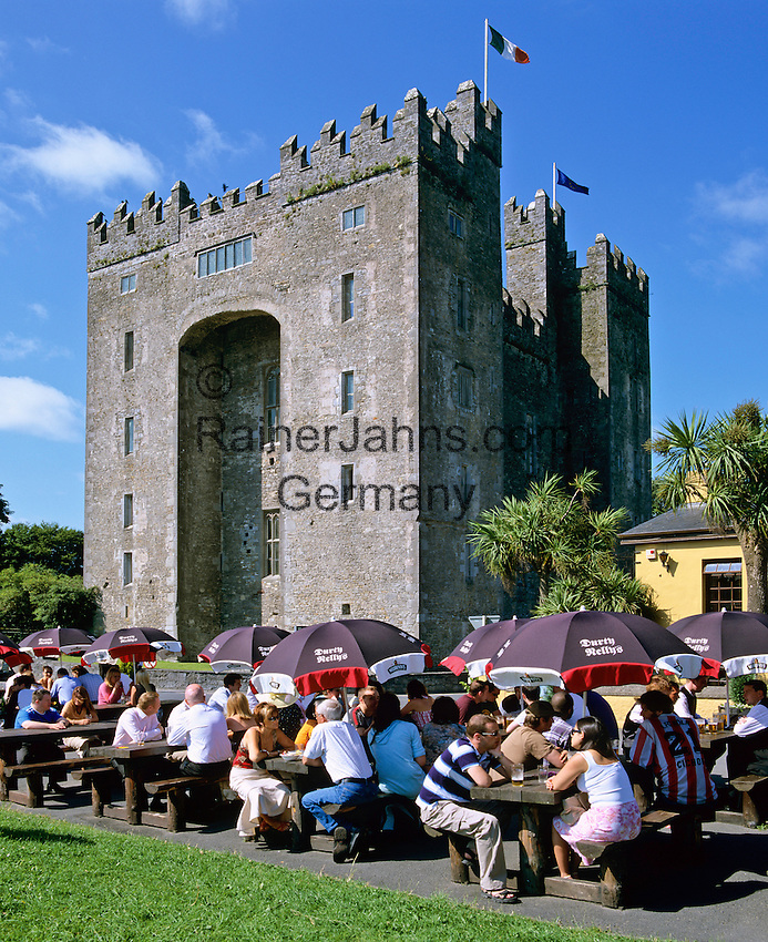 Ireland, County Clare, Bunratty: Bunratty Castle with beer garden in foreground | Irland, County Clare, Bunratty: Biergarten vorm Bunratty Castle