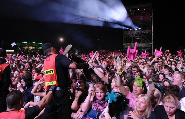 Highfield-Festival 2011 am Störmthaler See. im Bild: Bei den kooks haben die Sicherheitsmänner alle Hände voll zu tun, die Damen lassen sich über die Menge tragen. Foto: Alexander Bley