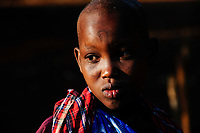 TANZANIA, Korogwe, young Massai girl with scar at forehead in Kwalukonge village / TANSANIA, Korogwe, Massai im Dorf Kwalukonge