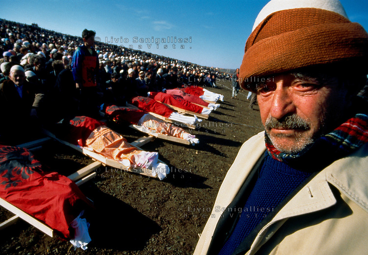 CIREZ / DRENICA / KOSOVO - 28 FEBBRAIO 1998.FUNERALE COLLETTIVO DELLE PRIME VITTIME DI GUERRA DI ETNIA ALBANESE, CADUTE DURANTE UNO SCONTRO A FUOCO CON REPARTI DELLA POLIZIA JUGOSLAVA NEL VILLAGGIO DI LIKOSHAN..ERANO MEMBRI DELL'UCK, L'ESERCITO DI LIBERAZIONE DEL KOSOVO, ED I CORPI SONO STATI COPERTI CON LA BANDIERA ALBANESE SIMBOLO DELL'INDIPENDENZA..FOTO LIVIO SENIGALLIESI..CIREZ / DRENICA / KOSOVO - 28 FEBRUARY 1998.FUNERAL OF FIRST VICTIMS ETHNIC ALBANIANS OF THE WAR BETWEEN UCK AND JUGOSLAV ARMY..THEY 'VE BEEN KILLED IN THE VILLAGE LIKOSHAN AND A HUGE NUMBERS OF KOSOVARS CAME TO THE FUNERAL. .IT WAS REALLY THE BEGINNING OF THE WAR IN KOSOVO..PHOTO LIVIO SENIGALLIESI