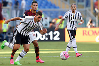 Calcio, Serie A: Roma vs Juventus. Roma, stadio Olimpico, 30 agosto 2015.<br /> Juventus&rsquo; Simone Padoin, left, and Roma&rsquo;s Iago Falque fight for the ball during the Italian Serie A football match between Roma and Juventus at Rome's Olympic stadium, 30 August 2015.<br /> UPDATE IMAGES PRESS/Riccardo De Luca