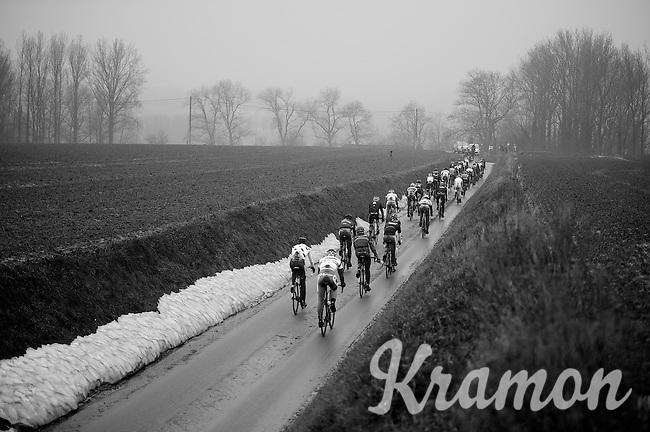 Dwars Door Vlaanderen 2013.peloton over muddy Ladeuze descent