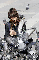 Una turista gioca con i piccioni in Piazza San Marco a Venezia.<br /> A tourist plays with pigeons in front of the Patriarchal Cathedral Basilica of St. Mark in Venice.<br /> UPDATE IMAGES PRESS/Riccardo De Luca
