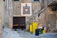 """Tropea B-Side - 2012. Tropea è un comune italiano di 6.680 abitanti della provincia di Vibo Valentia in Calabria, tra i più piccoli Comuni d'Italia per superficie territoriale. La sua morfologia è molto particolare: Tropea si divide in due parti: 1. la parte superiore, la città, dove si trova la maggior parte degli abitanti e dove si svolge quindi la vita quotidiana del paese. Si presenta costruita su una roccia a picco sul mare ad un'altezza di circa 50 metri, dal livello del mare, nel punto più basso e di 61 metri nel punto più alto.; 2. una parte inferiore chiamata """"La marina"""" che si trova a ridosso del mare e del porto di Tropea. La storia di Tropea inizia in epoca romana quando lungo la costa Sesto Pompeo sconfisse Cesare Ottaviano. A sud di Tropea i Romani avevano costruito un porto commerciale, vicino S.Domenica, a Formicoli (cioè corruzione di Foro di Ercole), di cui parlano Plinio e Strabone. La leggenda vuole che il fondatore sia stato Ercole che, di ritorno dalla Spagna (Colonne d'Ercole), si fermò sulla Costa degli Dei e secondo questa leggenda, Tropea divenne uno dei Porti di Ercole. Per la sua caratteristica posizione di terrazzo sul mare, Tropea ebbe un ruolo importante, sia in epoca romana sia sotto i Normanni e gli Aragonesi. Di notevole interesse il centro storico, con i palazzi nobiliari del '700 e dell''800 arroccati sulla rupe a strapiombo con la spiaggia sottostante. Interessanti sono i """"portali"""" dei palazzi che rappresentavano le famiglie nobiliari. I negozi di Tropea vendono prodotti tipici e artigianali dei comuni limitrofi, tra cui la cipolla rossa, la nduja di Spilinga, il formaggio Pecorino del Poro, l'olio extravergine d'oliva e vini. Di notevole importanza anche l'artigianato locale, come i manufatti in terracotta. Tropea è dotata di un porto turistico di recente costruzione, da dove è possibile raggiungere le vicine Isole Eolie in particolare il vulcano Stromboli, quasi sempre visibile dalla costa calabrese tirrenica meridionale. Secon"""