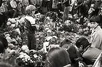 Kraków 14 październik 1982 rok. Miejsce w którym zastrzelony został Bogdan Włosik. Symboliczny krzyż utworzony z łusek po świecach dymnych.
