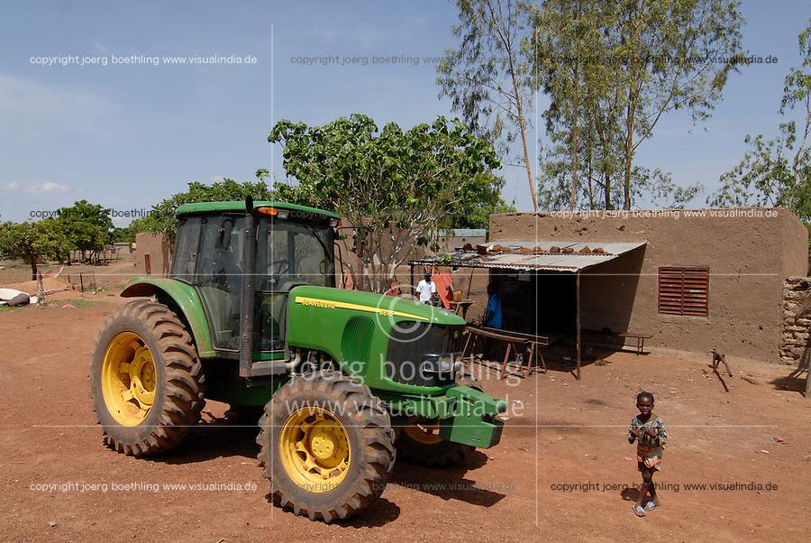 Afrika Westafrika Burkina Faso, Landwirtschaft, John Deere Traktor in einem Dorf | .Africa west-africa Burkina Faso, John Deere Tractor in village - agriculture
