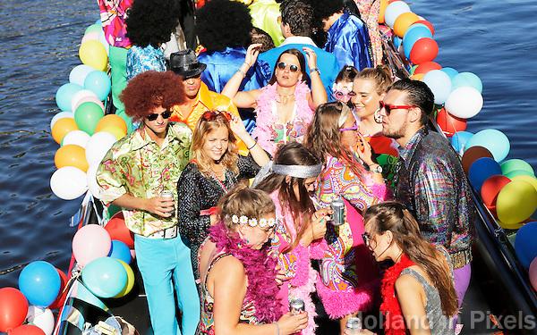 Nederland Leiden 2016  06 24 . Leidse Lakenfeesten. De Peurbakkentocht. De Lakenfeesten zijn een jaarlijks terugkerend evenement in de Nederlandse stad Leiden. De naam van het evenement refereert aan de tijd dat de stad een bloeiende lakenindustrie had. De Peurbakkentocht is een optocht van bijzonder uitgedoste vaartuigen door de grachten.  Foto Berlinda van Dam - Hollandse Hoogte
