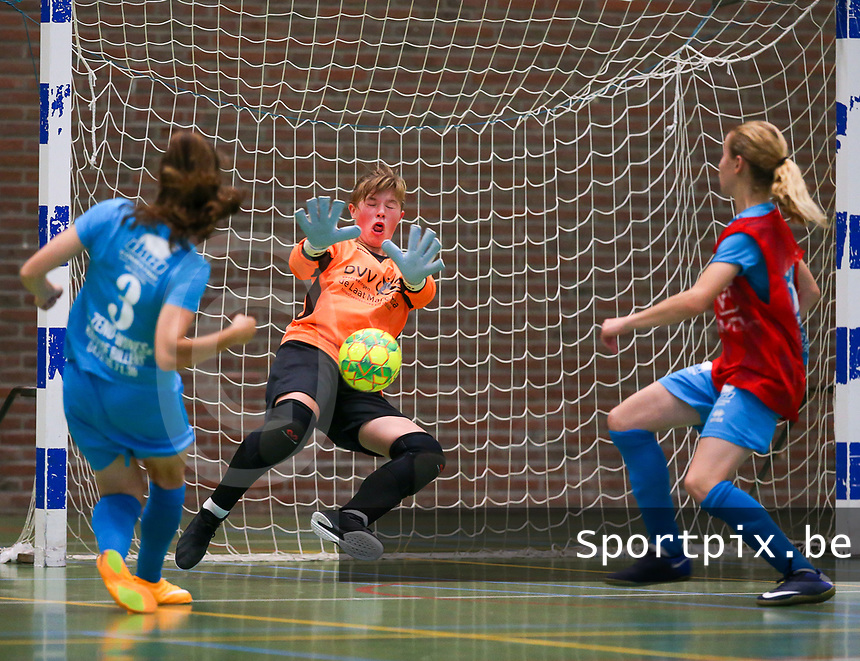 20190915– HALLE , BELGIUM : FP Halle-Gooik Girls B's goal keeper Ulrike Duyck is pictured blocking the shot of Tiffany Vanderdonckt, during the Belgian Women's Futsal D1 match between FP Halle-Gooik A and FP Halle-Gooik B on Sunday 15th 2019 at the De Bres Sport Complex in Halle, Belgium. PHOTO SPORTPIX.BE | Sevil Oktem