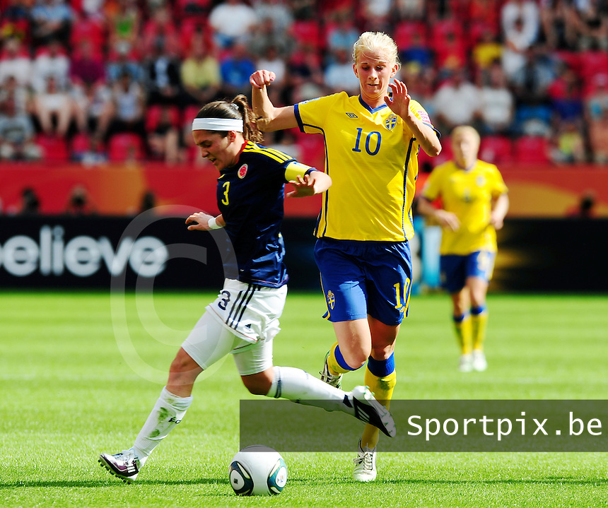Fifa Women's World Cup Germany 2011 : Colombia - Sweden at Bayarena Leverkusen : Sofia Jakobsson omspeelt Natalia Gaitan.foto DAVID CATRY / Vrouwenteam.be