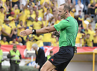 BARRANQUILLA - COLOMBIA -01-09-2016: Daniel Fedorczuk (URU), arbitro, señala un penalty durante partido entre Colombia y Venezuela de la fecha 7 para la clasificación a la Copa Mundial de la FIFA Rusia 2018 jugado en el estadio Metropolitano Roberto Melendez en Barranquilla./ Daniel Fedorczuk (URU), referee, marks a penalty during the match between Colombia and Venezuela of the date 7 for the qualifier to FIFA World Cup Russia 2018 played at Metropolitan stadium Roberto Melendez in Barranquilla. Photo: VizzorImage / Gabriel Aponte / Cont